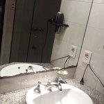 Detalles que necesitan renovación en el baño (el espejo)