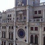 Torre dell'orologio vista dal duomo di Venezia