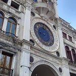 Torre dell'orologio vista da piazza San Marco