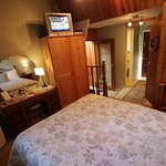 To the Point suite, private entry & Queen bed