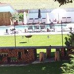 Parte scoperta della piscina e giardino visti dalla camera