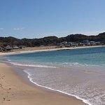守谷海岸の東から西を望む。きれいな海水と白い砂浜が美しい。