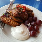 Chicken wings with grapes and aioli
