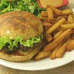 Carte des hamburgers et salades à emporter. Assiette servie au restaurant