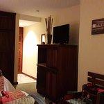 Los cuartos tienen muy buenos espacios, y buena organización, cuentan con sofa y barra como escr