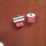 accessoires de toilette mal placé ( de travers)