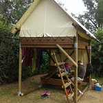 All'esterno della tenda: tavolo e panche