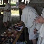 Römisches Brot wird gebacken: Probieren, schmeckt leckr