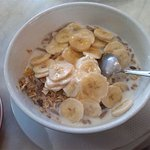 yogurt, cereali, banana, miele e latte!