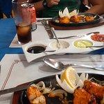 La salsa blanca nos encantó y el pollo en plato de hierro caliente estaba muy rico