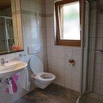 Ruime en schone badkamer