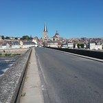 Le pont sur la Loire qui mène à  la ville