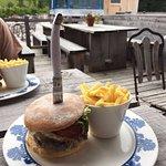 Bester Hamburger mit lokalem Fleisch vom Metzger, Brötli vom Beck und bestem Käse aus der Region
