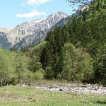 Blick auf die ersten Meter der Ostrach und ins Hintersteiner Tal beim Giebelhaus