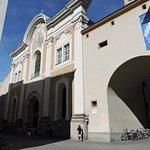 links der Eingang zur Franziskanerkirche