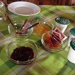 colazione.. marmellate fatte in casa.. yogurt.. pane a fette.. nutella..