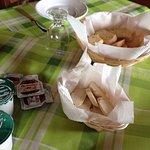 colazione.. marmellate fatte in casa.. yogurt.. pane a fette.. nutella.. e torte fatte in casa !