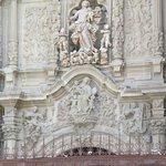 Como un retablo en su fachada principal