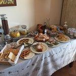 Das Frühstück wird immer umfangreicher. Typisch italienisch eher süß, aber es gibt auch Käse,Sal