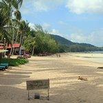 wunderbarer Strandabschnitt mit Liegen und Sonnenschirmen