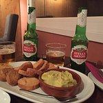 Hummus de aguacate espectacular acompañado de una buena cerveza de importación!