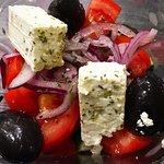 Греческий салат очень вкусный! Маслины великолепны.