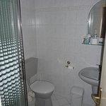 Blick ins Badezimmer mit Dusche