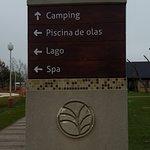 Cartel indicativo del lugar del Camping, Piscina de Olas, Lago y Spa.