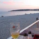 Une table en terrasse juste en bord de mer. C'est ça les vacances !