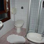 Coin douche-toilettes chambre 25