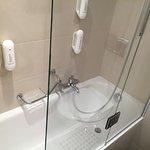Badewanne mit Mehrfachdusche