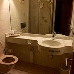 80er Jahre Design, schwache Dusche, alles bestens sauber
