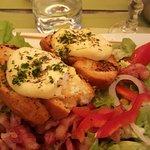 salade avec des toasts au fromage de la région