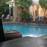 La piscine avec le restaurant au fond