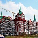 """Копия гостиницы """"Москва"""" на фоне матрешки"""
