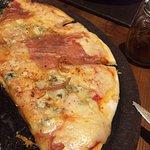 Exquisita pizza iola en La pizarra , con una gran variedad de cervezas! Muy recomendado! Buen am