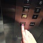 La puerta del elevador es muy peligrosa, debes mantener oprimido el botón de abrir puertas si no
