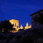 le petit village perché de Saint-Thomé vu de nuit