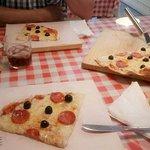 À direita a pizza média de Pepperoni, e a forma como é servida