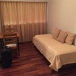 Es la entrada a la habitación. Sobre la izq. se encuentra la habitación con la cama de dos plaza