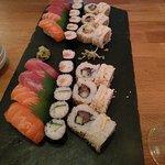 Assortiments de sushi et maki compris dans le menu brochettes & sushis