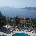odamızdan havuz ve Meis Adası manzarası