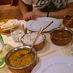 Melanzane, riso, naan e chicken madras