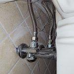 ragnatele dietro il lavandino del bagno