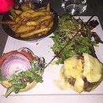 Le French Burger avec son reblochon fondue et son lard (pas obligatoire - supplément) accompagné
