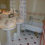 Badezimmer.. Freistehende Wanne zu keiner Seite abgedichtet, nach dem Duschen steht Bad unter Wa