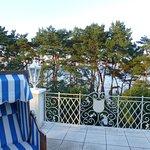 Terrasse der Suite, Blick aufs Meer (durch die Bäume)