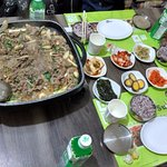 Bulgogi, viene con dos porciones de arroz y banchan (todoslos platos pequeños)