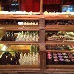 Vitrina de galletas, chocolates y alfajores