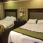 Quarto com duas camas de casal.